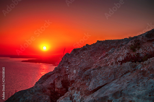 Photo sur Toile Brique Beautiful sunset in the rocky mountains against the sea