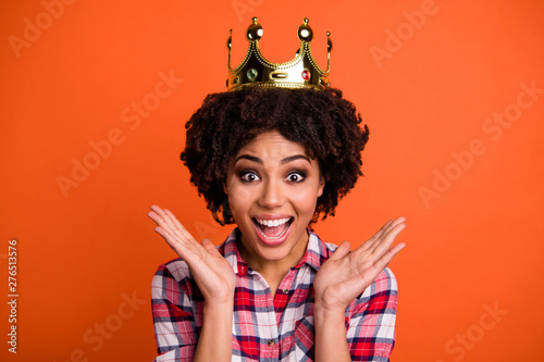 Foto  Photo of overjoyed lady gold crown head famous person coronation prom graduation