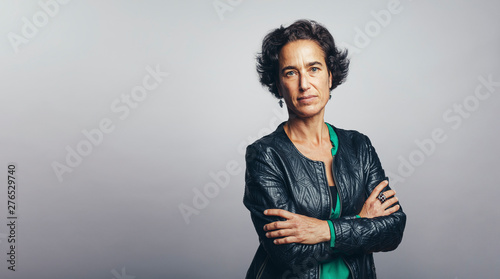 Portrait of a woman with arms crossed Fototapet