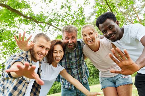 Valokuva multikulturelle Gruppe Studenten beim Winken