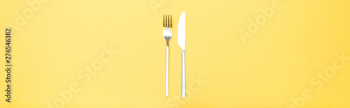 Foto panoramic shot of fork and knife on yellow