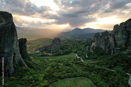 Photo  Aerial drone shot with beautiful sunset over Meteora