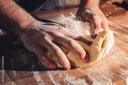 Canvas Ein Pizzateig wird geknetet