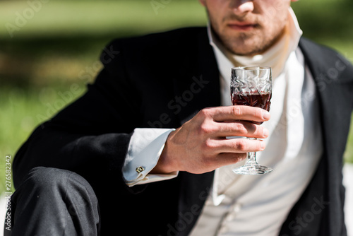 Obraz cropped view of victorian man holding wine glass with drink - fototapety do salonu