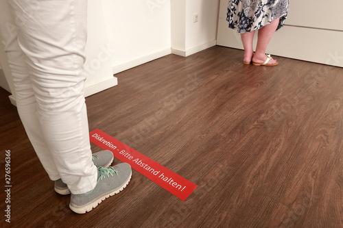 Fotografie, Obraz  Diskretion - Bitte Abstand halten, Wartezone in der Arztpraxis