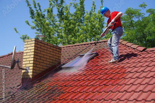 Obraz House roof cleaning with pressure tool - fototapety do salonu