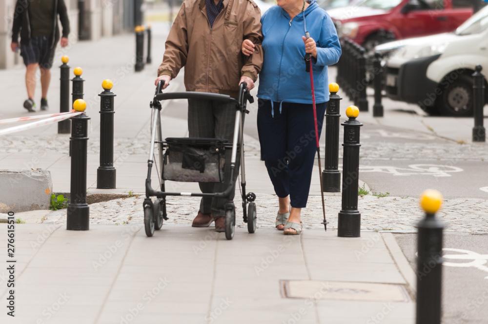 Fototapeta starsze osoby idą ulicą