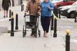starsze osoby idą ulicą