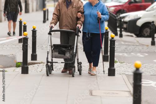 Fototapeta starsze osoby idą ulicą obraz