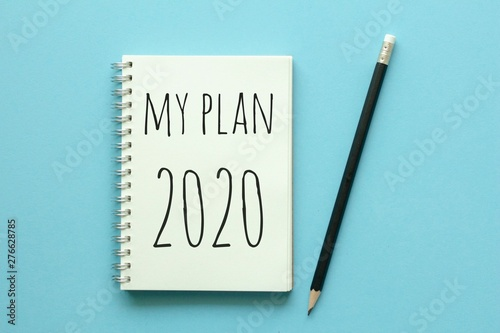 Fotografía  My plan 2020 on notebook with pencil on blue background.