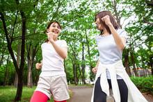 公園の中を楽しく走る女性達