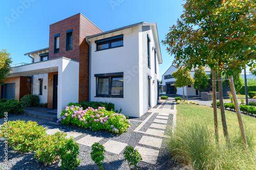 Obraz na plátně  modernes Einfamilienhaus in Wohngebiet