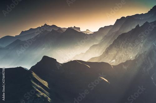 Photo sur Toile Gris traffic Paysage brumeux de haute montagne au lever du soleil