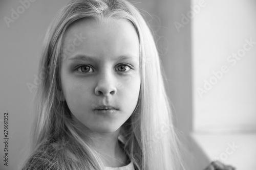Black and white portrait of homeless little girl Tapéta, Fotótapéta