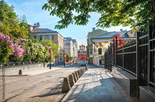 Foto auf AluDibond Grau Verkehrs Петровский переулок и сирень Petrovsky Lane in Moscow with blooming lilac