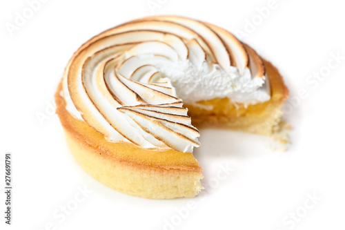 Fotomural Lemon meringue tart on white background - isolated