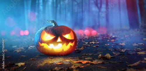 Fotomural  Halloween Pumpkins Glowing In Fantasy Night Forest
