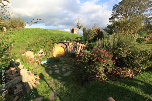 Fotografie, Tablou  small house in the hill at hobbiton in new zealand