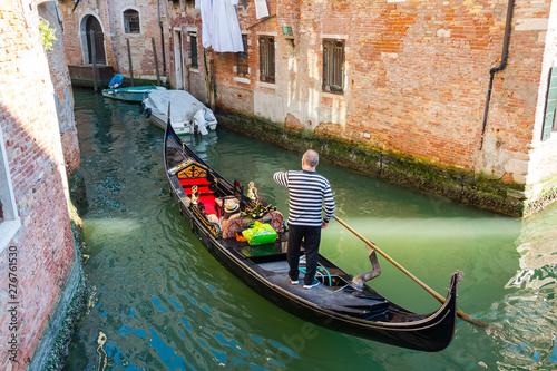 Türaufkleber Gondeln Gondolier on gondola at the views of Venice background, Italy