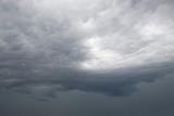 Szare pochmurne niebo tuż przed burzą