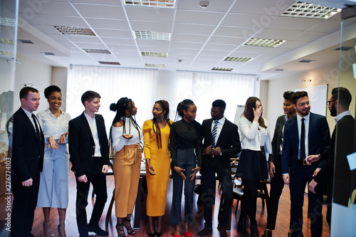 Foto  Large group of eleven multiracial business people standing at office