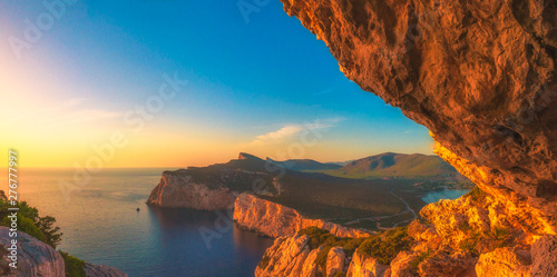 Foto  Landscape of the gulf of capo caccia at sunset from grotta dei vasi rotti - Sard