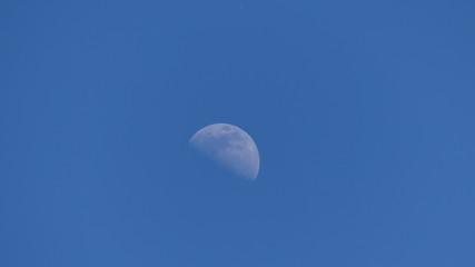 lune sur ciel bleu