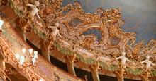 Wundervolle Deckengestaltung Mit Goldenen Skulpturen Und Ornamenten Im Teatro La Venice