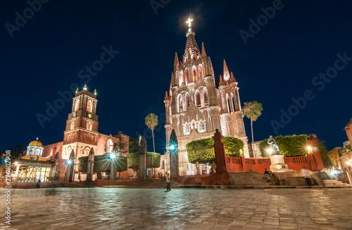 Fototapeta premium Parafia San Miguel Arcangel w nocy, w San Miguel de Allende, w stanie Guanajuato. MEKSYK