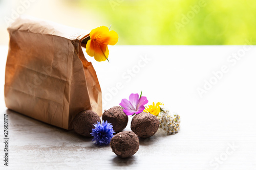 Fotografia seed balls or seed bombs with various blossoms