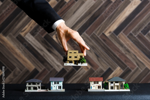 住宅模型とビジネスマンの手 Fotobehang