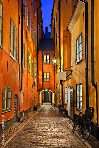 Picturesque alley in Gamla Stan, the old town of Stockholm, Sweden Fototapet
