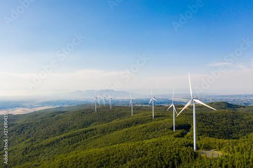Centrali elettriche con turbine eoliche per la produzione di energia in città Wallpaper Mural
