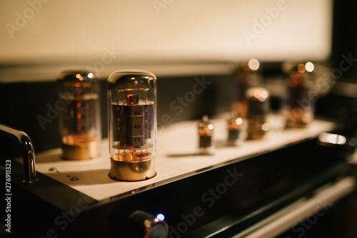 Slika na platnu tube amplifier