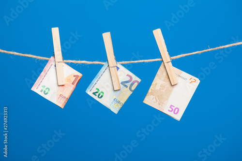 Billetes de Euro colgadois de una cuerda y cogidos por pinzas de madera de exten Wallpaper Mural