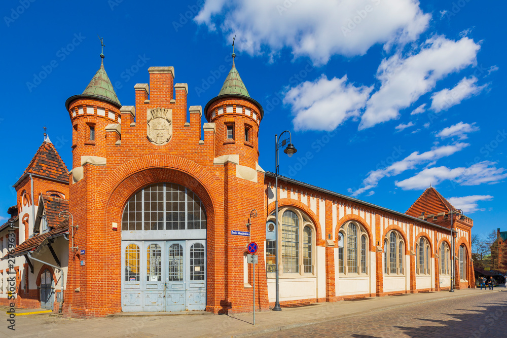 Fototapety, obrazy: Widok zabytkowy budynek Ratusza Miejskiego przy ul. Magdzińskiego w dzielnicy starego miasta w Bydgoszczy