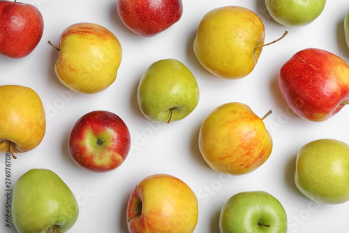 Fotografía  Fresh tasty apples on white background, flat lay
