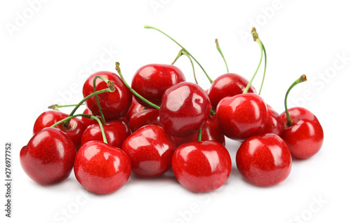Montage in der Fensternische Kirschblüte Heap of ripe sweet cherries on white background
