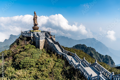 Foto  Statue of the Bodhisattva on Fansipan mountain peak the highest mountain in Indochina Backdrop Beautiful view blue sky and cloud  in Sapa, Vietnam