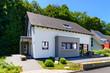 canvas print picture - Einfamilienhaus mit Terrasse