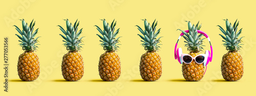 La pose en embrasure Magasin de musique One out unique pineapple wearing headphones on a solid color background