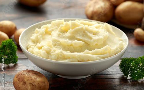 Mashed potatoes in white bowl on wooden rustic table Fototapet