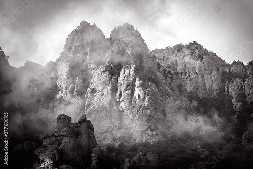 Montage in der Fensternische Dunkelgrau Mountain landscape with fog in black and white, Crimea, Russia. Valley of Ghosts of misty Demerdji mountain. This place is a natural landmark of Crimea. Scenic dramatic view of tops of rocks in haze.