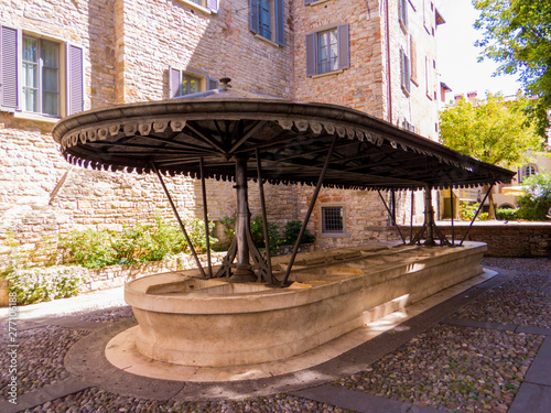 Photographie  The ancient Washhouse (Italian: Lavatoio Medievale) in Bergamo, Italy