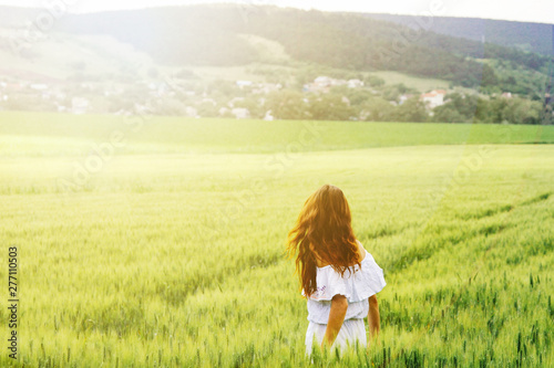 Photo sur Aluminium Pres, Marais Happy beautiful woman in the meadow. Beautiful carefree woman in the fields. Young woman and young wheat.