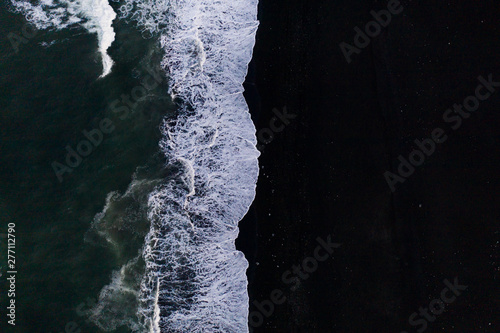 Photo  Overhead view of scenic sea waves on black sand beach in Iceland