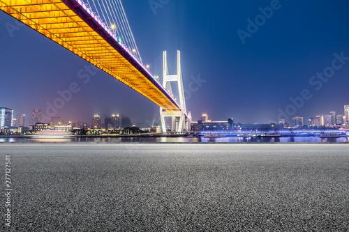 Photo  Shanghai Nanpu bridge and asphalt road scenery at night,China