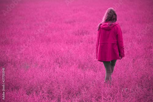 Spoed Fotobehang Roze Woman Walking Back
