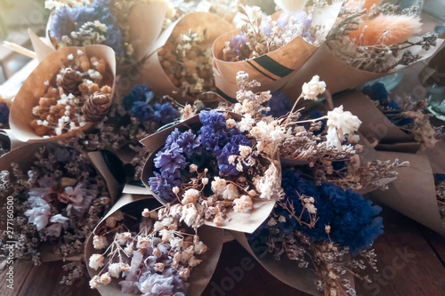 Fotomural Closeop dried flowers in a bouquet of paper flowers