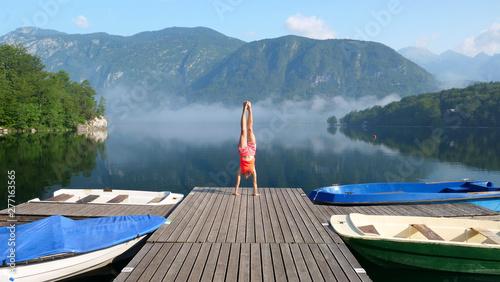 Pain jeune femme en équilibre sur un pont, concept vacances, voyage, liberté